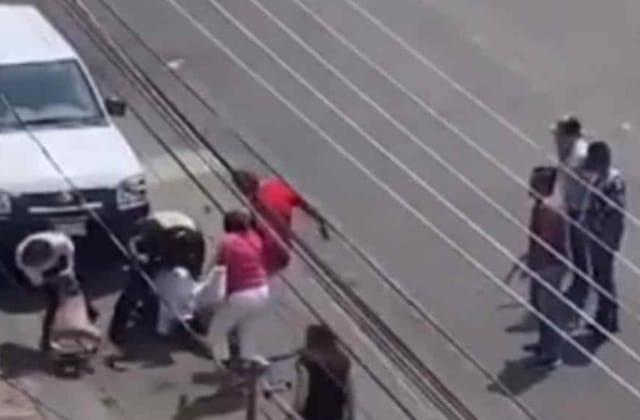 Radicales golpean a manifestantes de la CNTE; incendiaron instalaciones
