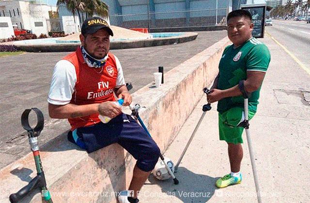 Daniel y Roger resisten a pandemia dominando el balón en cruceros de Veracruz