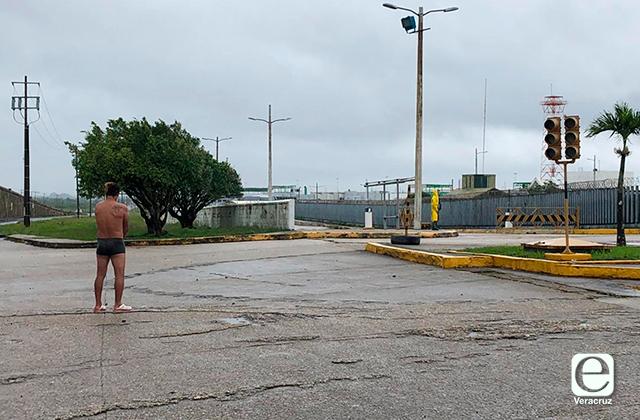 Trabajador de Pemex volvió a manifestarse semidesnudo en Coatza