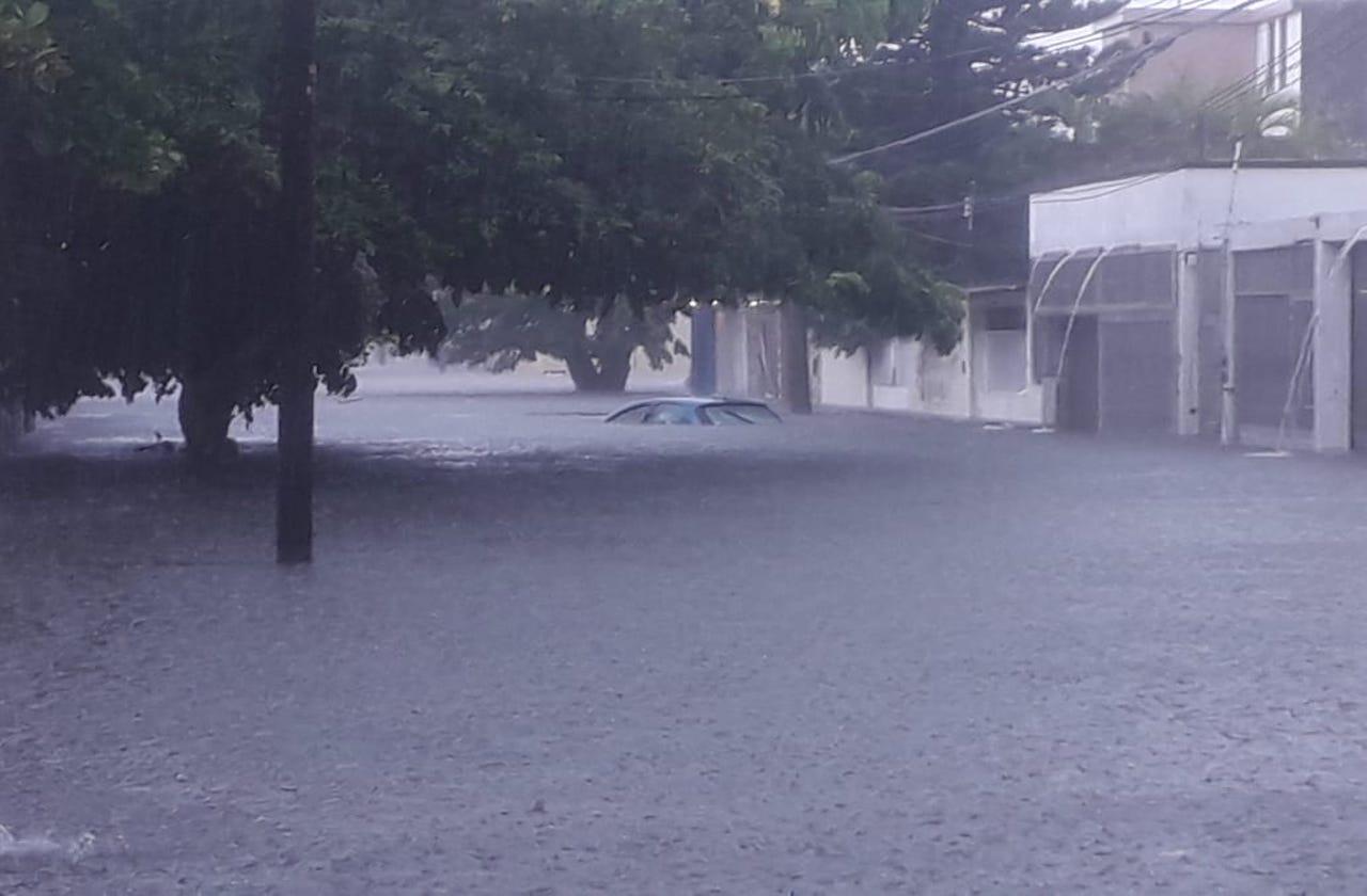 Decenas de autos varados por lluvias, en Coatzacoalcos