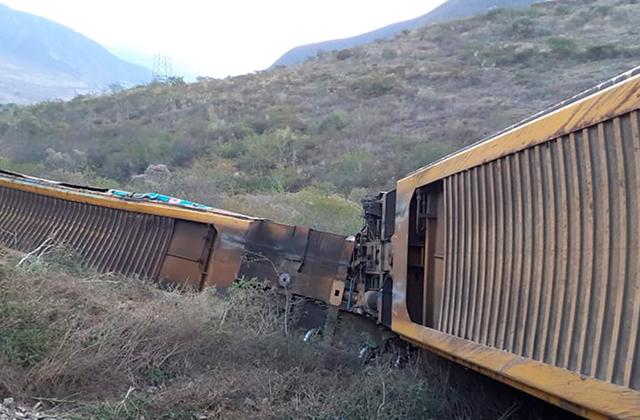 Delincuentes descarrilan 11 vagones de tren en Acultzingo