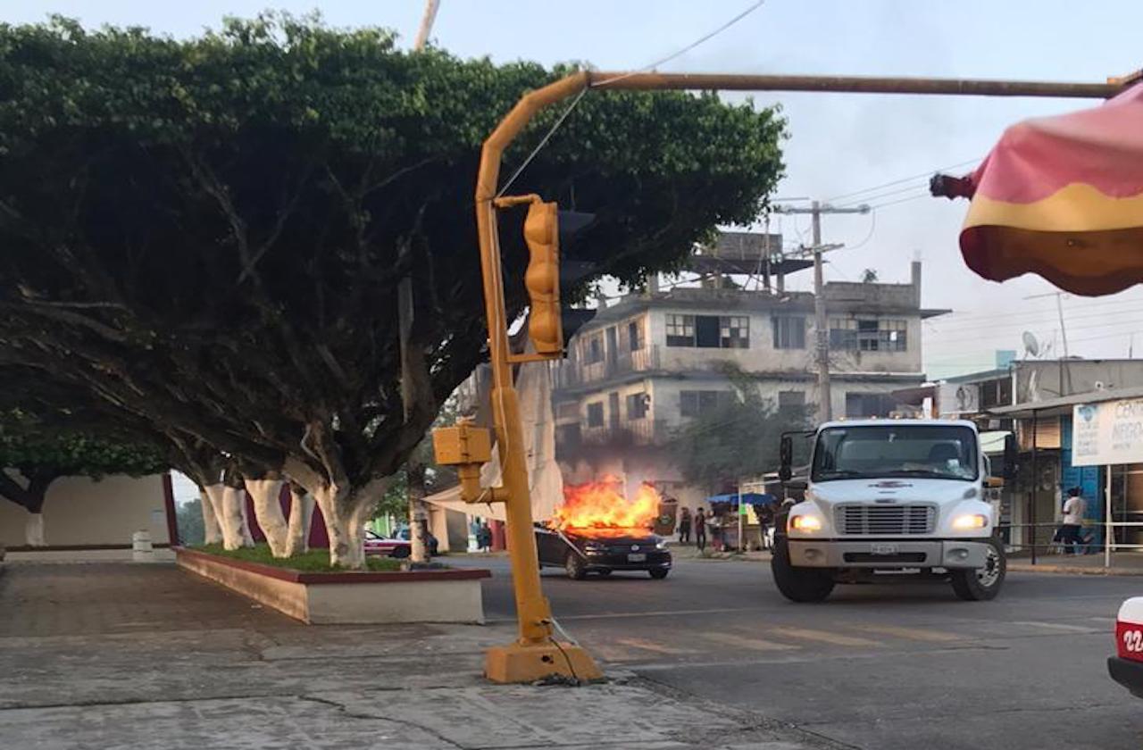Delincuentes queman autos en centro de Jáltipan