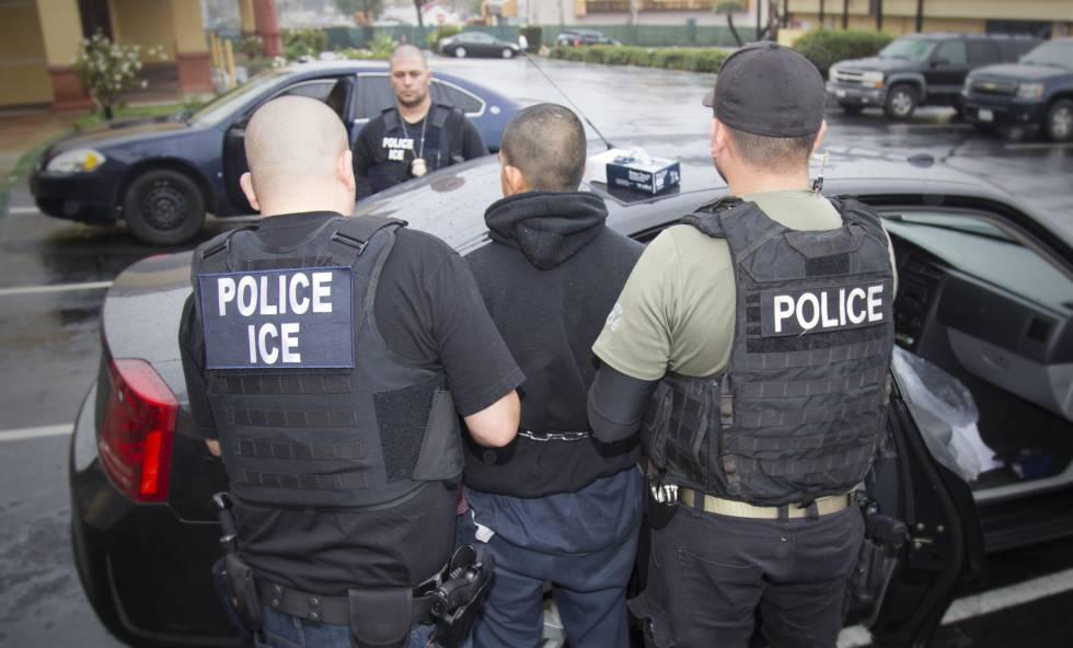 Mexicanos temerosos de ser deportados y perder sus casas llenan consulados para pedir ayuda