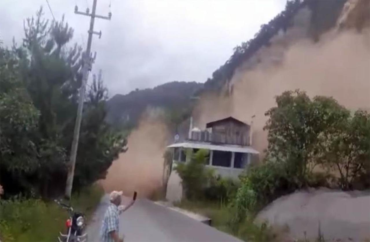Una persona muere sepultada en derrumbe de Coscomatepec