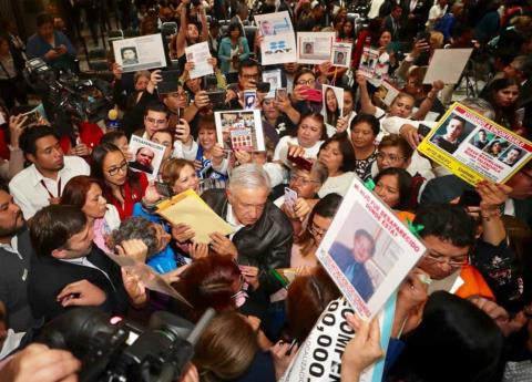 Se compromete AMLO a financiar busqueda de desaparecidos