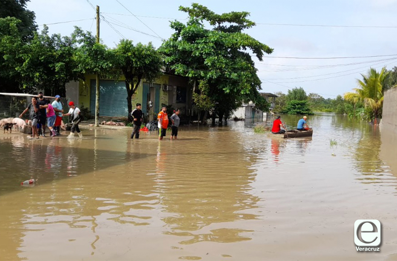 Se desbordan ríos en Jesús Carranza, familias acampan en las calles