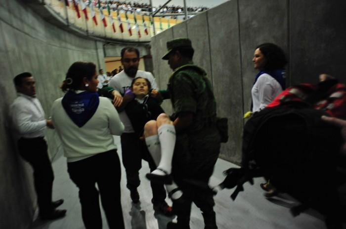 Se desmayan menores de edad en acto por el día de la Bandera