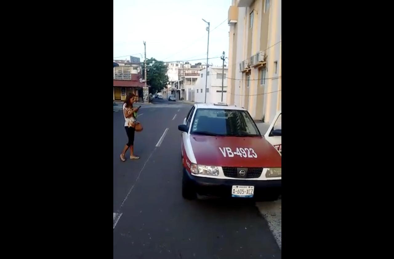 Desnudo, taxista agrede a mujer en zona turística de Veracruz