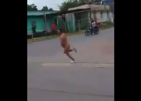 VIDEO: jarocho cumple promesa por triunfo de México... ¡Desnudo!