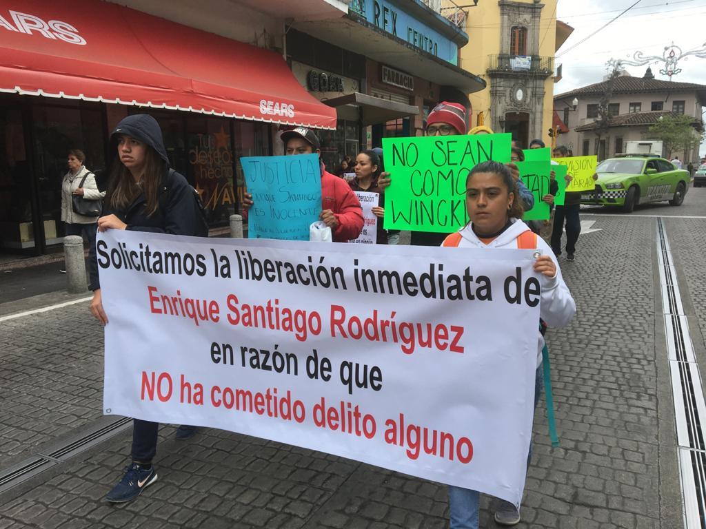 Marchan en Xalapa para exigir liberación de Enrique, implicado en homicidio