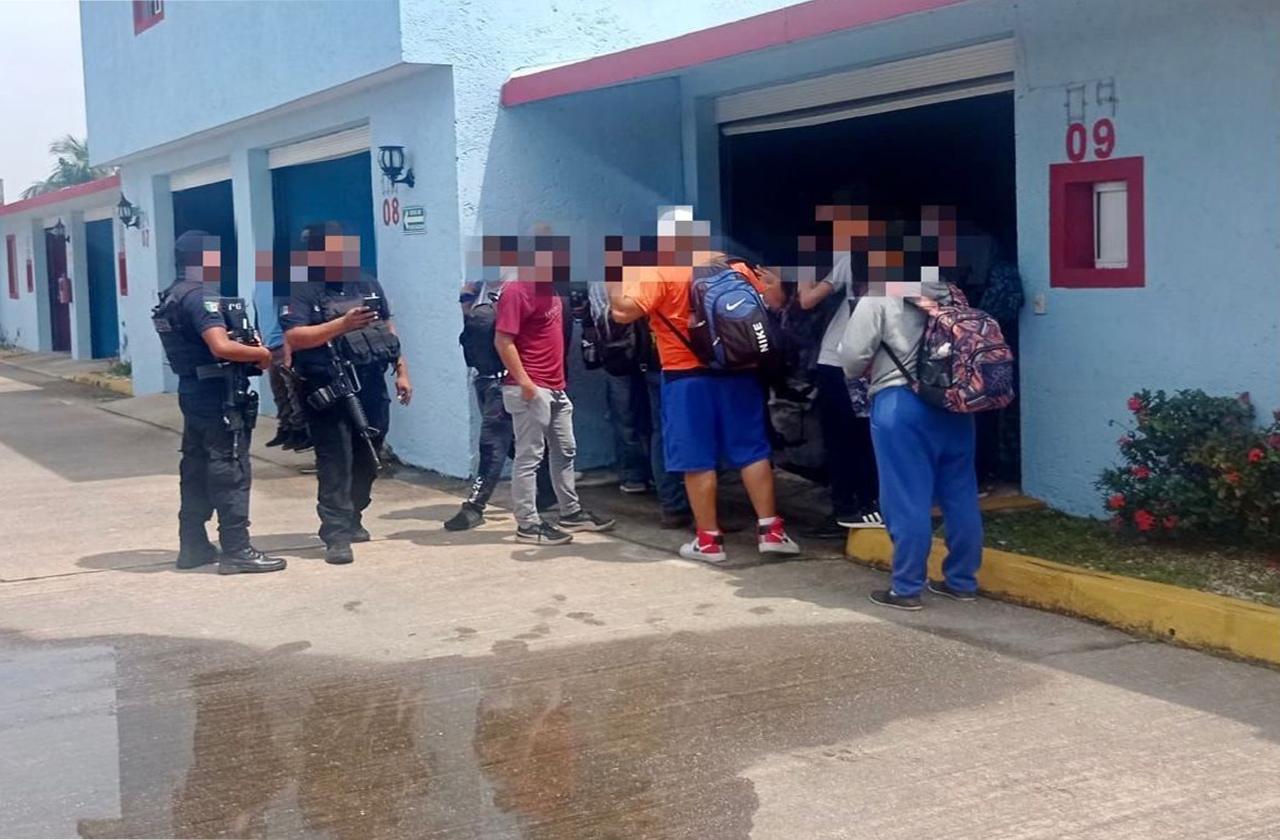 """59 migrantes y 2 presuntos """"polleros"""" detenidos en Minatitlán"""