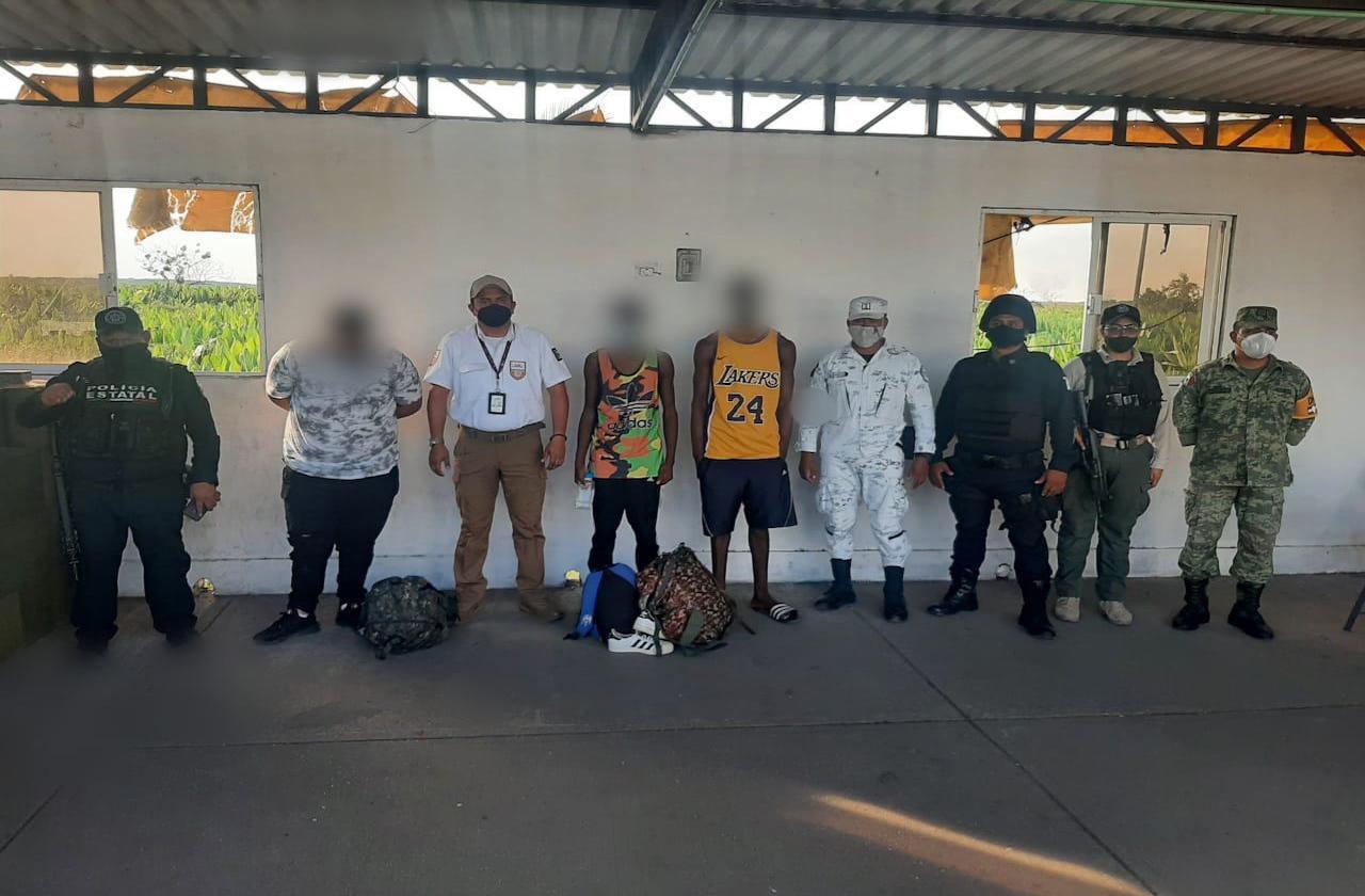 Detiene SSP a 10 migrantes en Agua Dulce; uno es menor