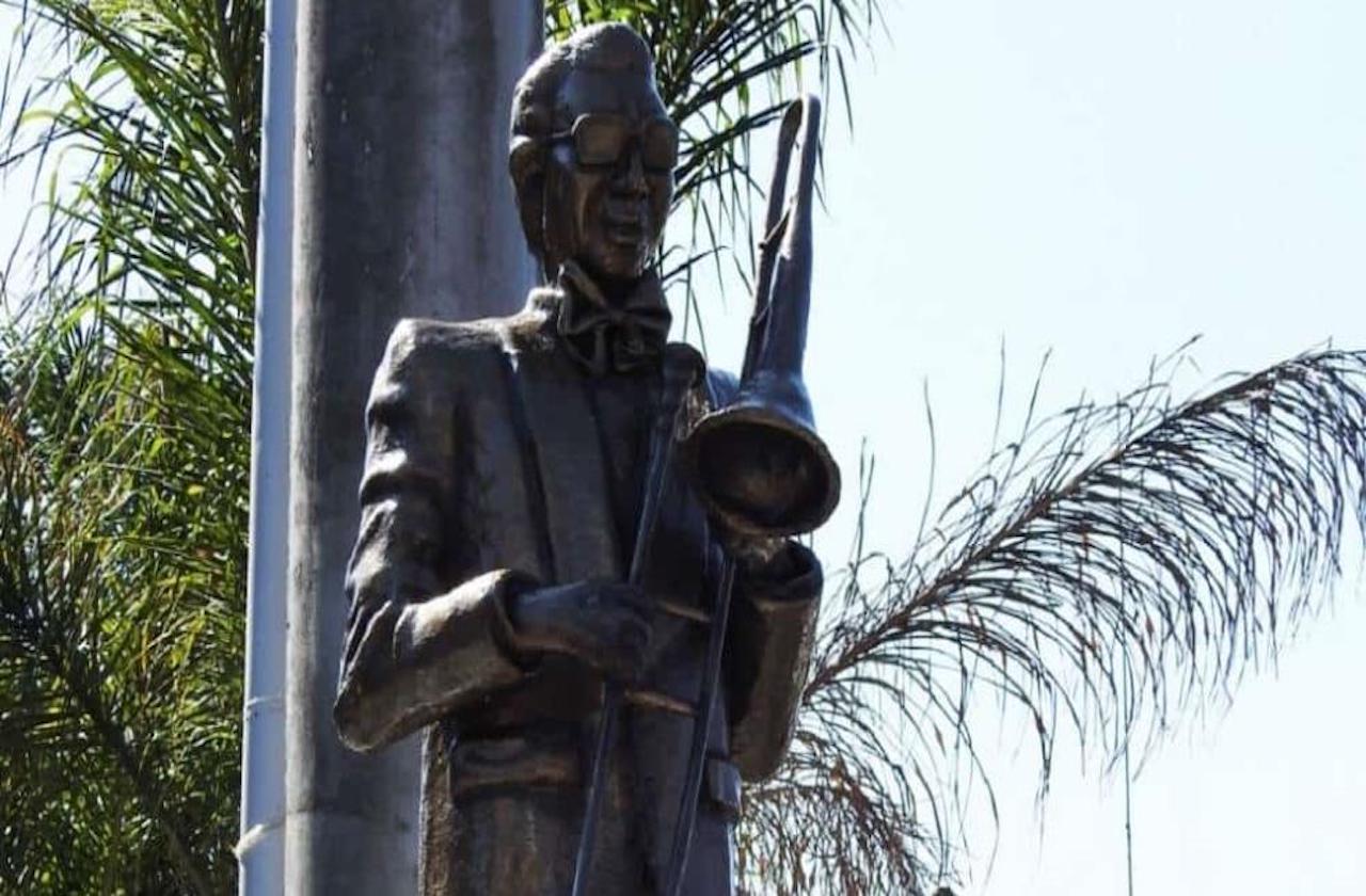 Develan estatua en honor al músico Venus Rey, en Mendoza