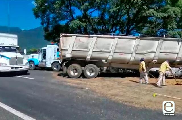 Un muerto y 2 heridos en accidente de tráiler, en Huiloapan