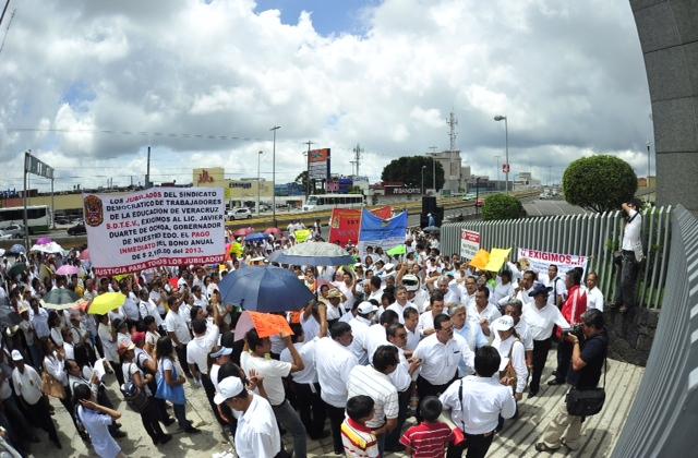 Docentes marchan para exigir sus pagos puntuales a la Sefiplan
