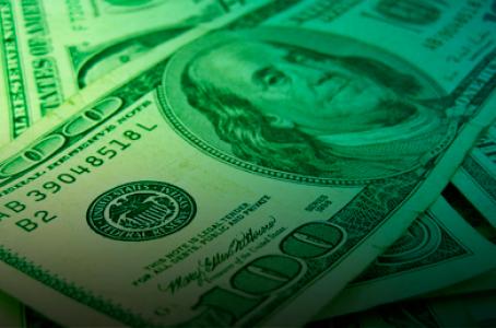 Dólar retoma camino de baja; en ventanilla se vende en 17.02 pesos