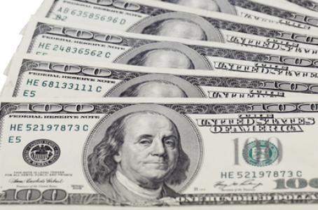 Dólar sube a 18.83 pesos en bancos; Banxico activa subastas