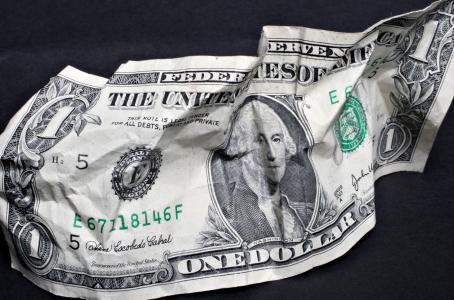 Dólar rompe la marca de $19... pero a la baja