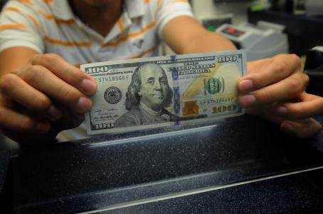 Venden el dólar en promedio de $18.10 en el AICM