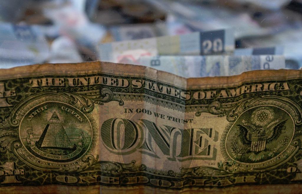 Venden dólar en $18.65 en el AICM