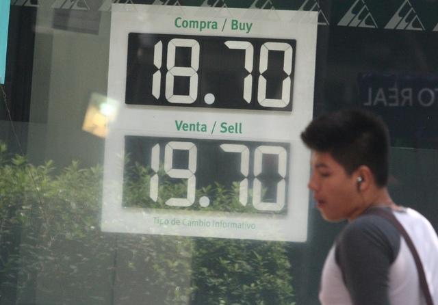 Dólar se cotiza hasta en $19.25 en el AICM