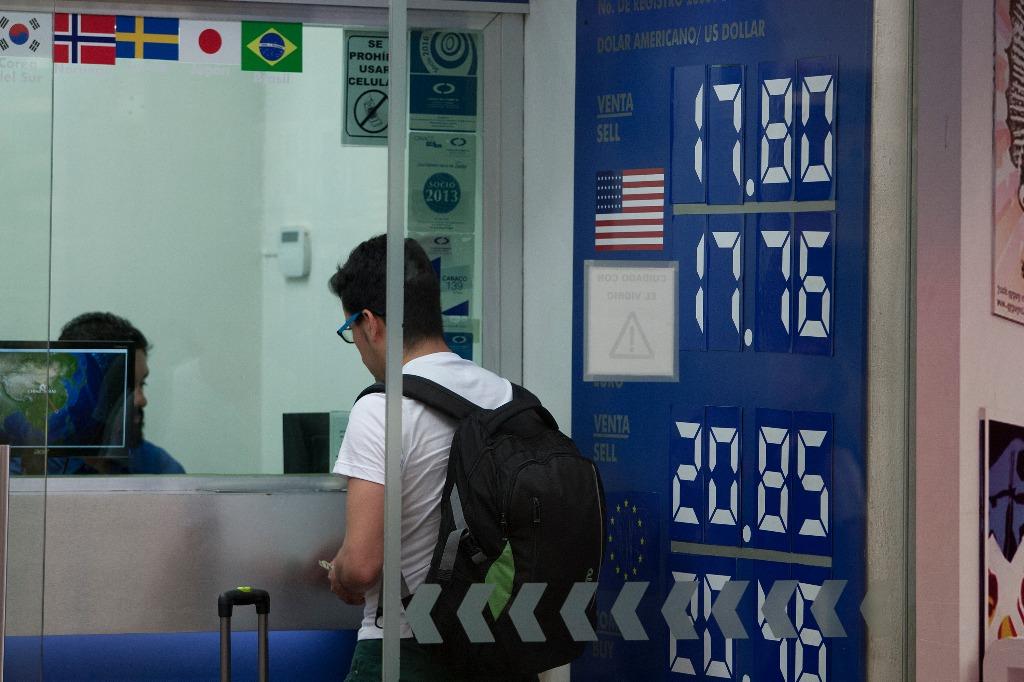Venden dólar en 18.75 pesos en promedio en AICM