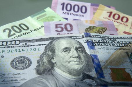 Dólar al mayoreo rompe la barrera de los 17 pesos