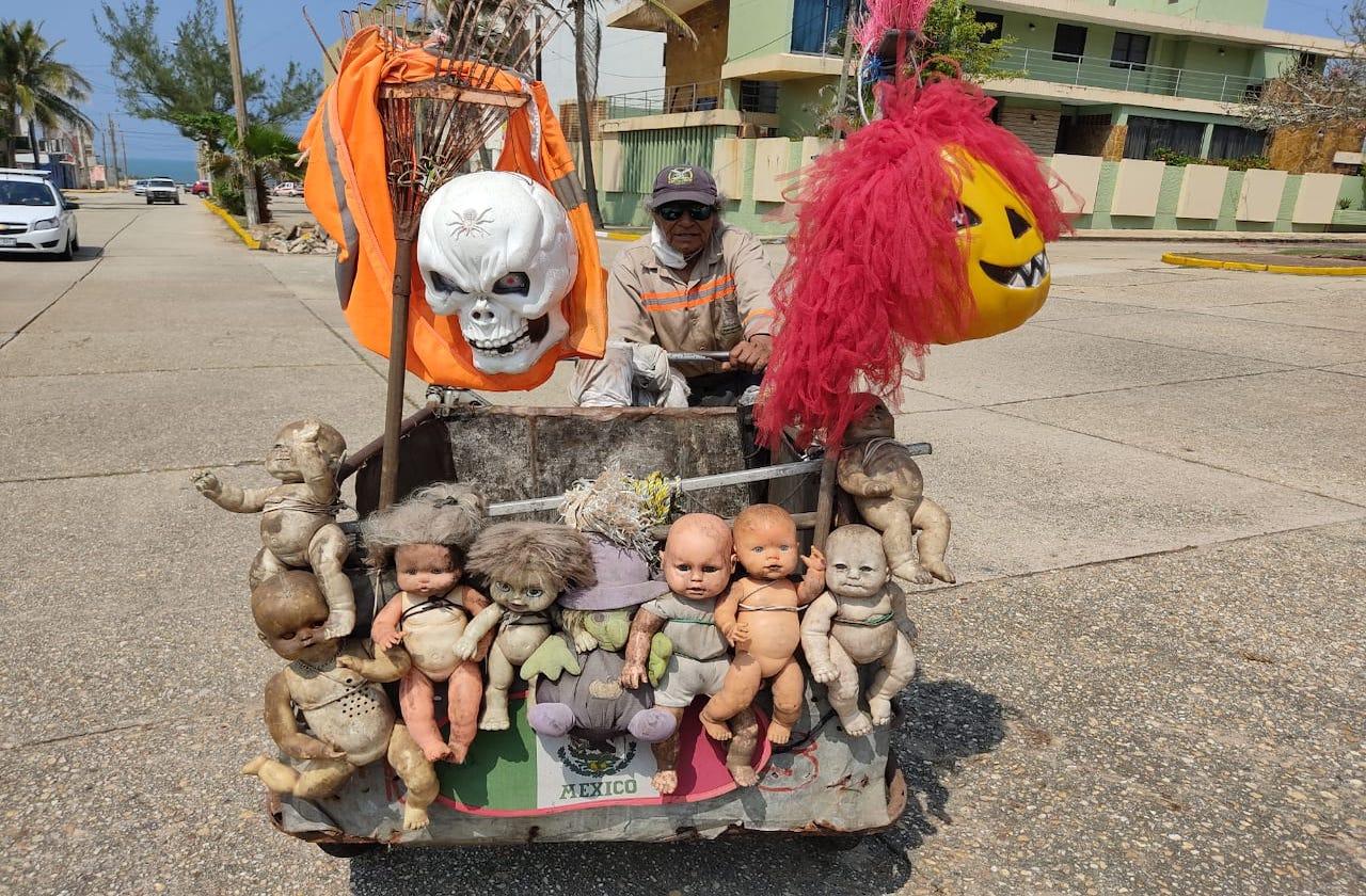 Don Gerónimo colecta chatarra en su triciclo adornado con muñecas