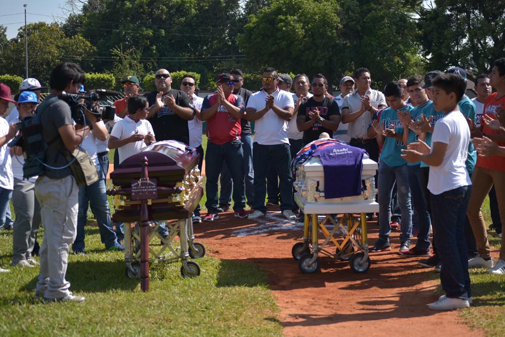 Homenajean a beisbolistas asesinados en Minatitlán mientras AMLO visita Veracruz