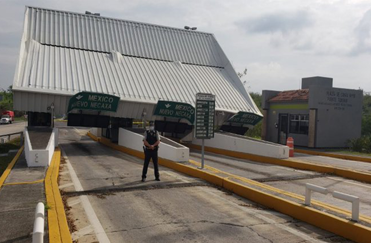 Cae techo de caseta de peaje en Tuxpan, cierran circulación