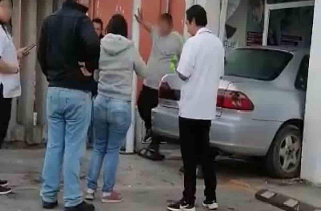 Conductor entra con todo y auto a farmacia de Veracruz