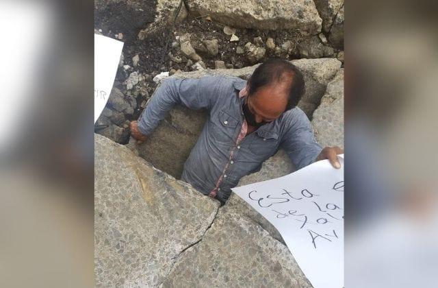 'Una vergüenza la Av. Ébano': con carteles denuncian 'mega-baches'