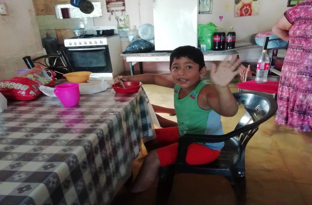 Edgar come entre el agua y los peces que ingresaron a su hogar