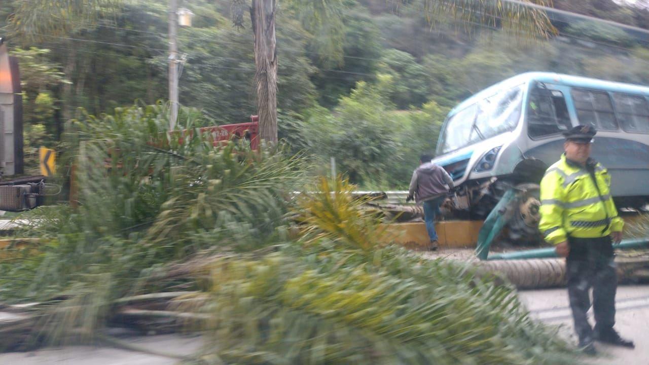 me-consulta.com | Autobús se sube a jardinera en la Xalapa-Coatepec | Periódico Digital de Noticias de Veracruz | México 2019 - e-consulta Veracruz