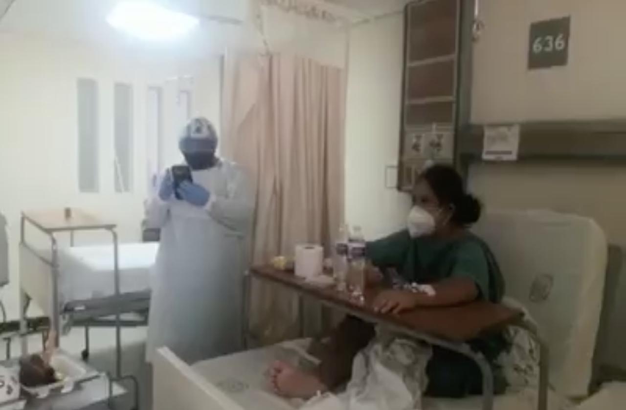 Personal de IMSS Veracruz celebra a paciente por cumplir años