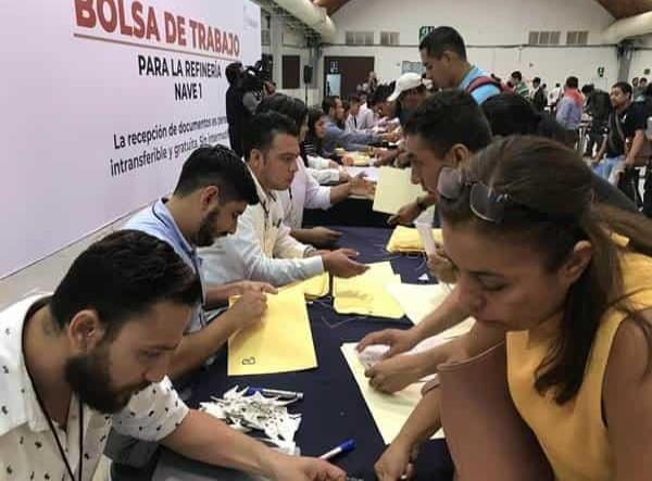 Miles de personas buscan empleo en la Refinería Dos Bocas