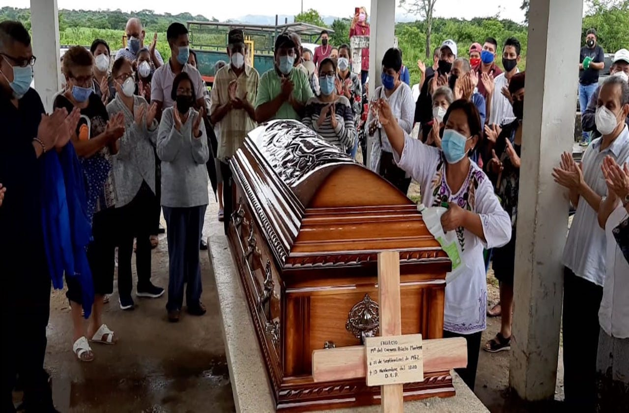 Dan último adiós a alcaldesa de Moloacán, Carmen Prieto