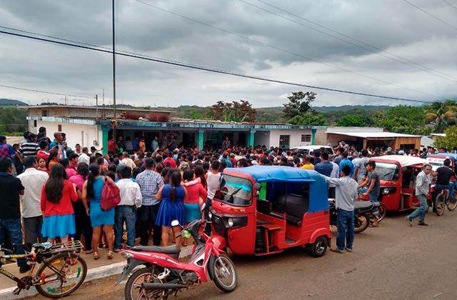 Pobladores de Soteapan retienen y agreden a 3 ministeriales