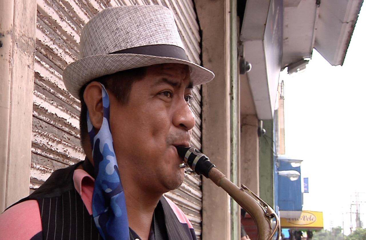 Entre la pandemia y la lluvia, Adulfo toca su saxofón en Coatza