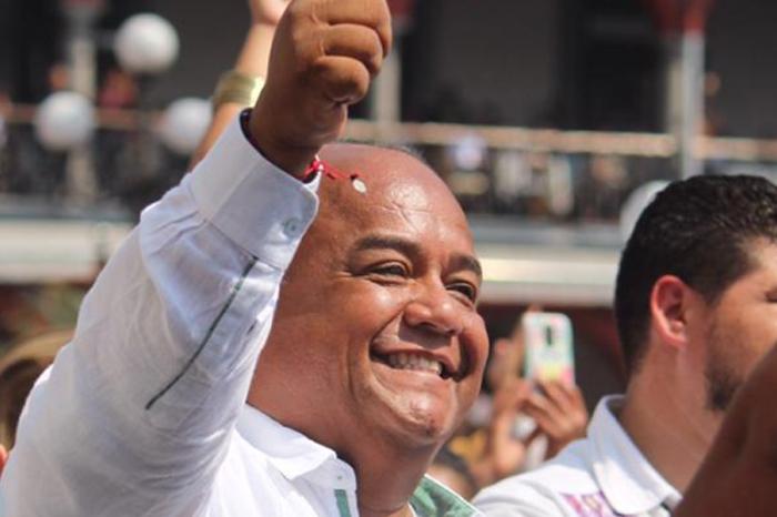 Eric Cisneros no se va, responde Cuitláhuac a diputados
