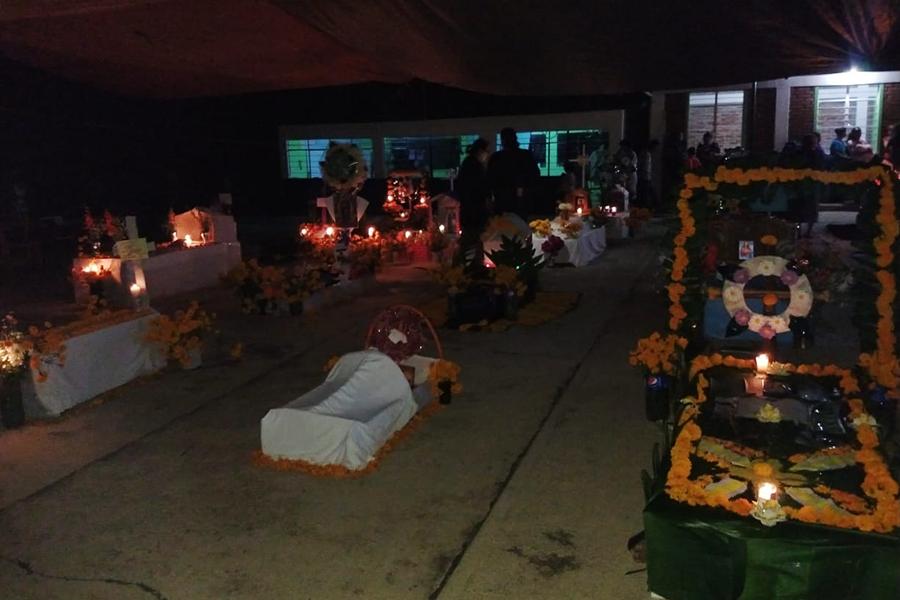 Con concurso de tumbas celebran Día de Muertos