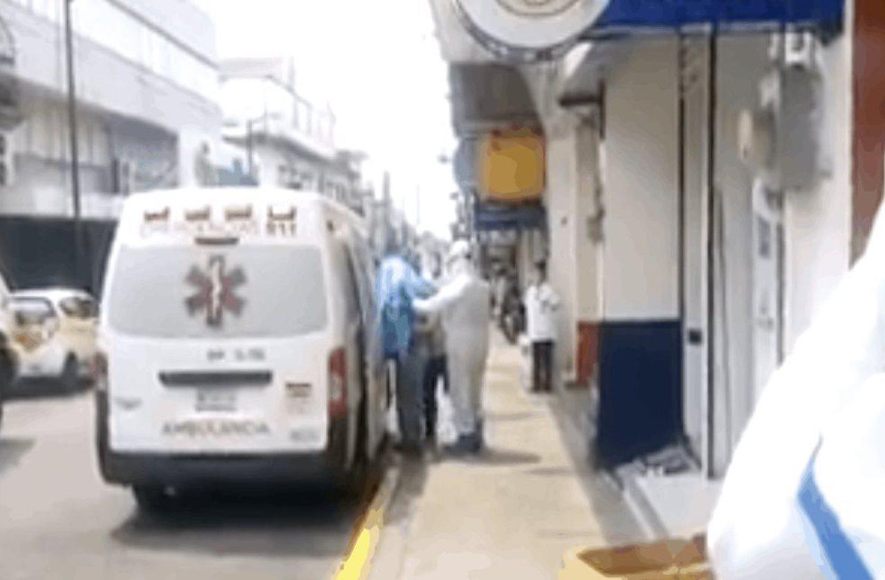 VIDEO | Paramédicos improvisaron para trasladar a paciente con covid