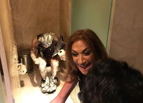 En el baño, Adela Micha cobra venganza contra el Rey Grupero