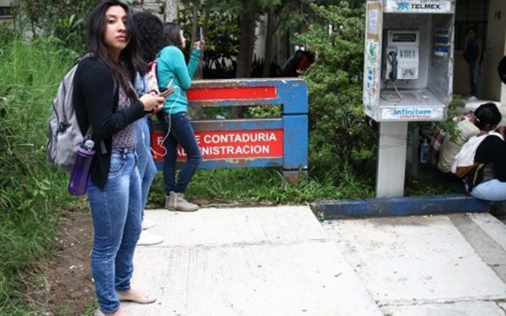 Estudiantes toman Facultad de Contaduría y Administración de UV