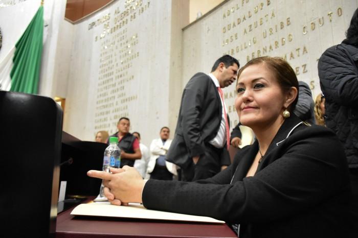 Eva Cadena se lanza contra AMLO en su regreso al Congreso