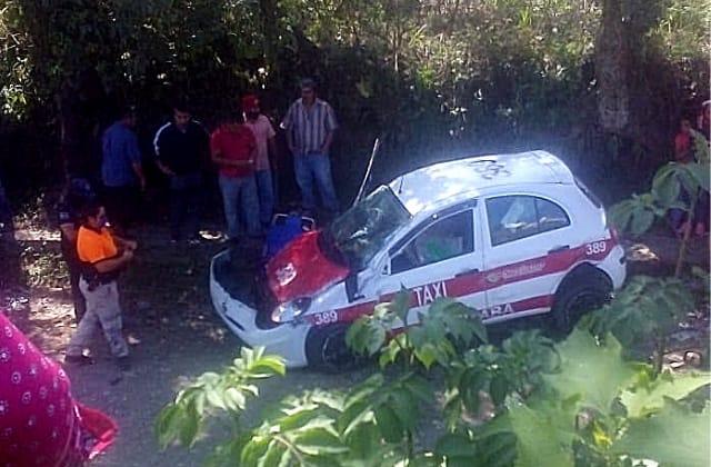 Fallece taxista tras volcar en límites de Mariano Escobedo y La Perla