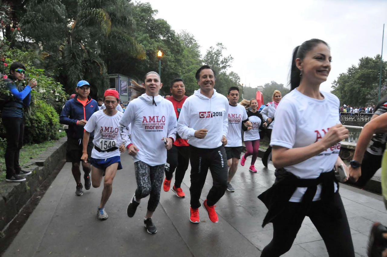 Con carrera, Cuitláhuac inicia campaña; hubo botargas infiltradas de Hugo Chávez