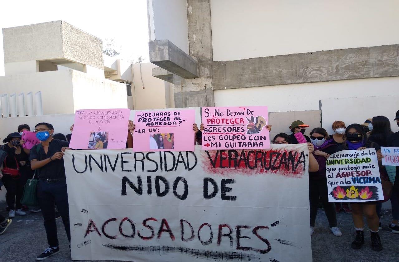 Tras protestas, expulsan a alumno de la UV acusado de agresión sexual