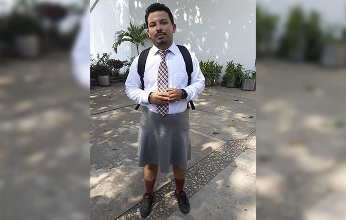 Video: alumno de la UV Coatzacoalcos asiste a clases en falda
