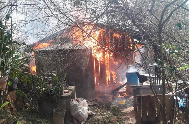 Familia pierde su vivienda en incendio, en Los Reyes